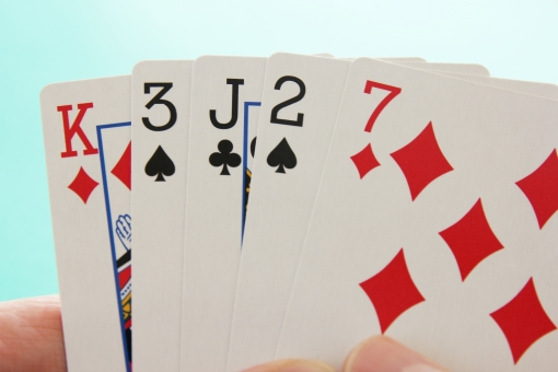 トランプ ポーカー 手札 役なし ぶた ブタ ノーペア とらんぷ カード ゲーム ポーカーゲーム 自分の手 揃わない 勝てない 負け組 ハッタリ はったり 賭け事 勝ち負け ビジネス 仕事 手の内 実力不足 運がない 不運 弱い 弱者 背景素材 勝負手 ギャンブル