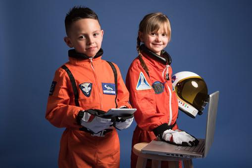 背景 ダーク ネイビー 紺 子ども こども 子供 2人 ふたり 二人 男 男児 男の子 女 女児 女の子 児童 宇宙服 宇宙 服 スペース スペースシャトル 宇宙飛行士 飛行士 オレンジ 希望 夢 将来 未来 体験 職業体験 職業 小道具 小物 ヘルメット 抱える PC パソコン 検索 調べる 調査 タブレット タブレット端末 カメラ目線 笑顔 スマイル 外国人  mdmk009 mdfk045