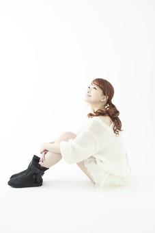 人物 女性 日本人 若い 20代   セーター ニット カジュアル モデル かわいい   キュート ポーズ おすすめ 屋内 白バック   白背景 全身 仕草  座る 見上げる 笑顔 希望 期待 立ち直る 横向き 体育座り mdjf005