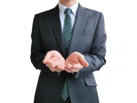人物 日本人 男性 若い 若者 20代 20代 スーツ 就職活動 就活 就活生 社会人 ビジネス 新社会人 新入社員 フレッシュマン 面接 真面目 屋内 白バック 白背景 上半身 ビジネスマン ポイント 案内 説明 救う 手のひら 掌 手