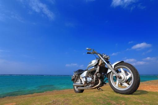 沖縄 おきなわ オキナワ オートバイ バイク ツーリング ドライブ 芝生 水平線 ビーチ,びーち,Beach 青,青色,水色,ブルー,Blue 白,白色,白い雲,ホワイト,White エメラルドグリーン グラデーション 青空 長期休暇,夏休み,春休み 趣味 一人旅 旅行 ゴールデンウィーク,GW シルバーウィーク,SW 交通 青春 癒し 楽しみ 風景素材 乗物素材 自然素材 背景素材 コピースペース