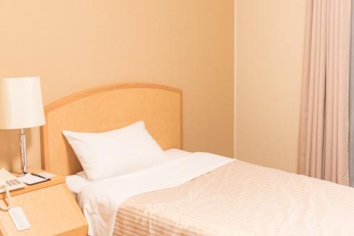 シングルベッド ベット 枕 メイキング 宿泊 ホテル ビジネス 出張 旅行 コスト 内線 眠る 寝室 夢 回復 体力 ツアー 部屋 カーテン