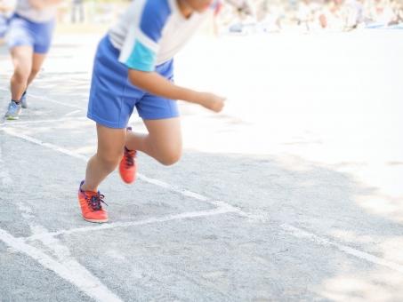 小学校 小学生 運動会 子供 子どもたち 児童 外 屋外 校庭 晴れ 白組 赤組 かけっこ リレー 順位 順番 観客 保護者 生徒 イメージ 足 足元 スタート スタートライン ダッシュ 大会 競技 競争 走る 走行 写真 フォト