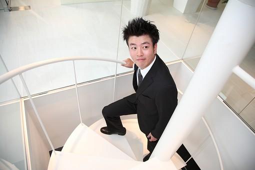 ビジネス 仕事 会社 ビル 建物 建築 建築物 螺旋階段 上る 下る カメラ目線 手すり 見上げる ガラス 透明 上下 1階 2階 床 スーツ 会社員 男性社員 ビジネスマン 男性 男の人 成人 20代 日本人 mdjm003
