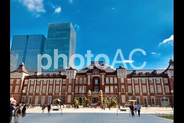 東京駅と青空とビル群の写真