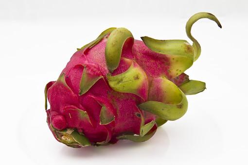 植物 自然 果実 フルーツ 果肉 果物 鮮やか ドラゴンフルーツ ピタヤ サボテン科 赤色 紅色 生 ジューシー 新鮮 種 多い 沢山 並ぶ 食材 食品 食用 食べ物 食べる 料理 デザート 朝食 昼食 栄養 健康 染料 色素 甘い 酸味 美味しい 白背景