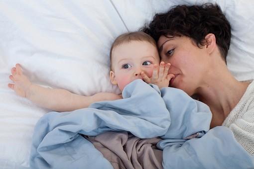 赤ちゃん 外国人 子供 子ども こども 男の子 男児 乳児 ライフスタイル ベビー ベッド 布団 ふとん 寝る 寝転ぶ 一緒 母 母親 ママ お母さん 子守 子守り 寝かしつけ 寝かせる 金髪 親子 母子 横になる ブルー系 一緒 mdmk030