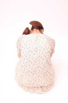 人 人間 人物 人物写真 ポートレート ポートレイト 女性 女 女の人 若い女性 女子 レディー 日本人 茶髪 ブラウンヘア セミロングヘア  白色 白背景 白バック ホワイトバック ポニーテール 座る 体育座り 三角座り 体操座り スカート 裸足 背中 俯く 顔を伏せる 首筋 うなじ 落ち込む 悲しむ mdfj012