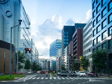 日本 関東 首都圏 東京 建物 建築 建築物 施設 ビル ビル群 都会 町並み 信号 道路 自動車 交通 運転 街路樹 植物 人物 横切る 標識 室外 屋外 空 雲 景観 オフィスビル オフィス ビジネス 高層ビル 仕事