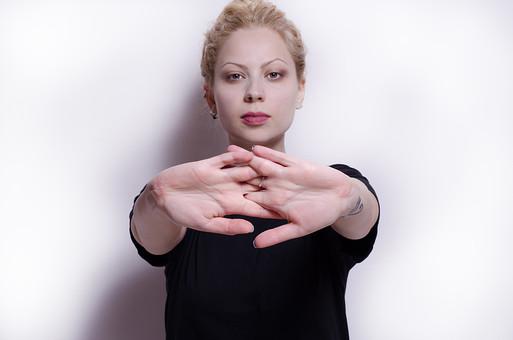 フィットネス写真 人物 1人 外国人 白人 セルビア人 女性 大人 若い 金髪 スポーツ フィットネス エクササイズ 体操 運動 トレーニング シェイプアップ ダイエット 引き締め ヨガ ピラティス 屋内 スタジオ ジム クラブ 美 美容 健康 ボディ スリム 脂肪 筋肉 筋トレ 腕 手のひら 指 組む そらす Tシャツ 上半身 合掌 瞑想 集中 精神統一 mdff014