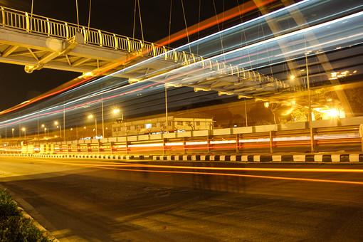 インド 外国 熱帯 南国 南アジア 高速道路 道路 コンクリート 交通 自動車 二輪車 バイク カー 高速バス 直線 まっすぐ 運転する 運転 運ぶ 走る 動く 乗る フェンス 塀 光線 光 スピード 速い 流れる 建築物 建築 橋 ブリッジ 渡る 眩しい 電灯 電気 灯り 照らす 景観 夜 夜景