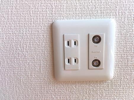 コンセント プラグ テレビ ケーブル ネット 電気 電気代 スイッチ 配線 住宅 住居 家 壁 背景 白 クロス