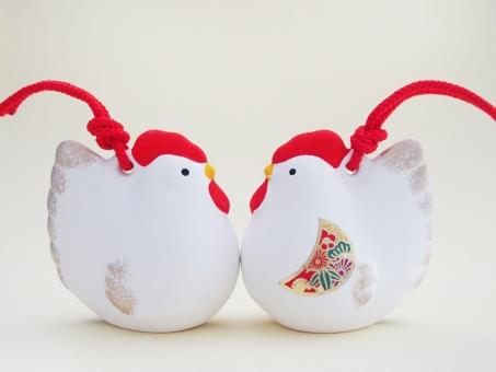 酉の置物 酉年 鳥 鶏 ニワトリ にわとり 年賀 2017年 干支 置物 飾り 縁起物 年賀状 イメージ 背景 陶器 1月 行事 新春 対 カップル 夫婦 背景素材 空白 お正月