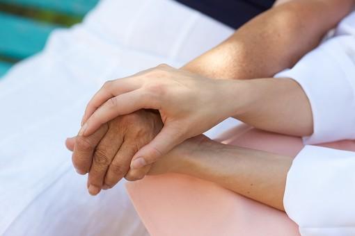 屋外 野外 外 病院 庭 公園 ベンチ 老人 高齢者 女性 おばあさん おばあちゃん 患者 女医 白衣 医師 医者 スカート 座る 並ぶ 手を握る 手元 手 握る 手をとる アップ 両手
