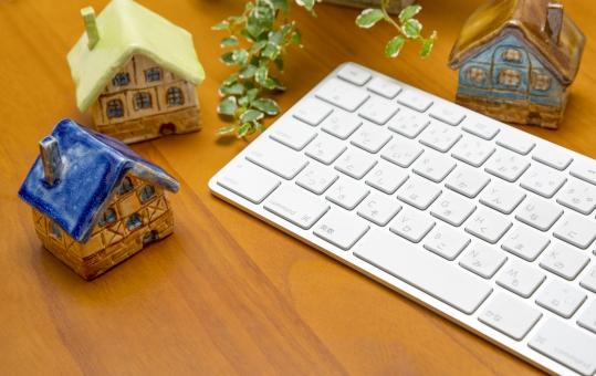 机 テーブル ミニチュアハウス ミニチュア 陶器 キーボード 植物 住宅 家 一戸建 住居 設計 不動産 不動産ビジネス エコ eco 陶芸家さんから許諾を得ています