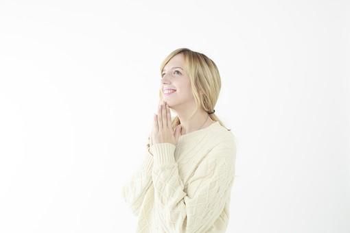 人物 女性 20代 外国人 外人  外国人女性 外人女性 モデル 若い セーター  ニット 私服 カジュアル ポーズ 金髪  ロングヘア 屋内 白バック 白背景 手を合わせる お願い 願い事 祈り おねだり 甘える 見上げる 希望 上半身 笑顔 mdff045