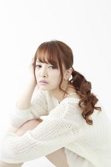 人物 女性 日本人 若い 20代   セーター ニット カジュアル モデル かわいい   キュート ポーズ おすすめ 屋内 白バック   白背景 座る しゃがみ込む しゃがむ 考える ぼんやり 悩み 憂鬱 落ち込む 表情 頬杖 体育座り mdjf005