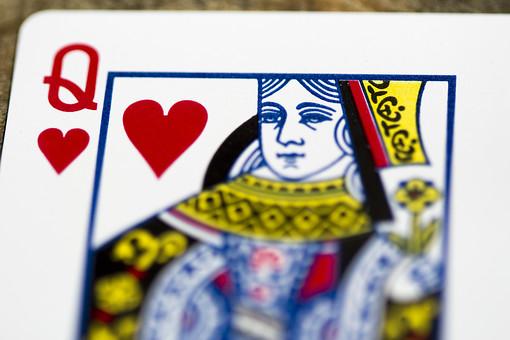 トランプ カード ゲーム 札 娯楽 木 屋外 茶色 机 テーブル クイーン 女王 Q ハート 赤 絵札  木目 手品 マジック 遊び 絵札   重ねる 配る 切る カードゲーム