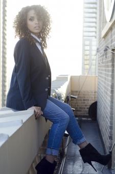 人物 外国人 外人 海外 女性 黒人 黒人女性 クールビューティー ジャケット 時計 ボーイッシュ ネクタイ パンツスタイル ユニセックス 屋外 野外 モデル セクシー 美人 細身 黒髪 スパイラルパーマ ベランダ 全身 座る 座っている バルコニー mdff099