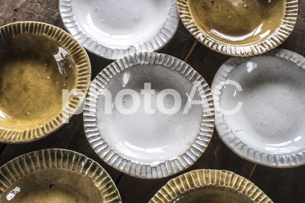 白いお皿と黄瀬戸のお皿_集合の写真