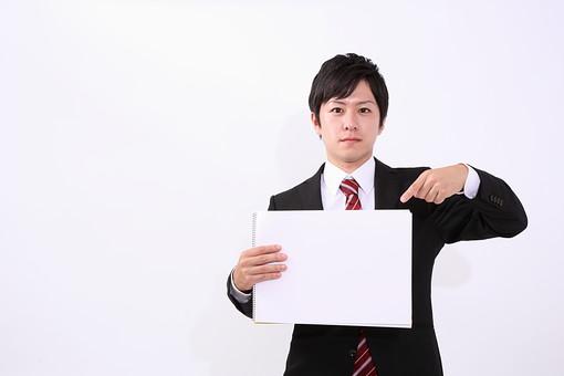 サラリーマン 男 男性 会社員 若者 男子 青年 スーツ 部下 ネクタイ 背広 営業 営業マン 社会人 ビジネスマン ビジネス 人物 社員 日本人 新入社員 20代 若い 仕事 真面目 紙 案内 指差し スタジオ 白バック 白背景 mdjm004