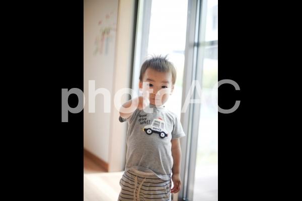 指をさす男の子の写真