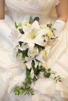 結婚式 ブライダル 式場 キャスケードブーケ ブライダルフラワー ウェディングブーケ カサブランカ ユリ バラ ローズ ホワイト 白 純白 緑 グリーン アイビー ウェディングドレス 衣装 人物 女性 新婦 花嫁 妻 美しい 愛 幸せ 幸福 プロポーズ