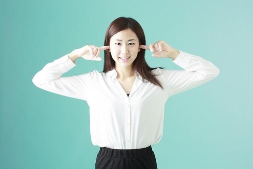 人物 日本人 女性 若者 若い  20代 かわいい 清楚 ロングヘア 長髪  ブラウス シャツ 白 屋内 スタジオ撮影  背景 緑 グリーンバック おすすめ ポーズ  表情 上半身 耳を塞ぐ うるさい 騒音 雑音 聞かない 聞こえない シャットアウト 笑顔 スマイル mdjf009