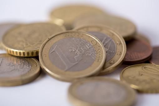 お金 コイン 通貨 貨幣 小銭  つり銭 マネー 外国 外貨 貯金  貯蓄 金融 経済 ビジネス 価値  チップ お釣り ユーロ ヨーロッパ 海外  アップ 白バック 白背景 複数 素材 硬貨 EU ユーロコイン セント 1ユーロ