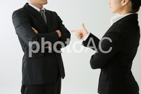 喧嘩するビジネスマンの写真