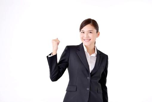 人物 日本人 女性 若い 若者  20代 スーツ 就職活動 就活 就活生  社会人 OL ビジネス 新社会人 新入社員  フレッシュマン 面接 真面目 清楚 屋内  白バック 白背景 上半身 ガッツポーズ 力こぶ ファイト 張り切る 頑張る ビジネスマン mdjf007