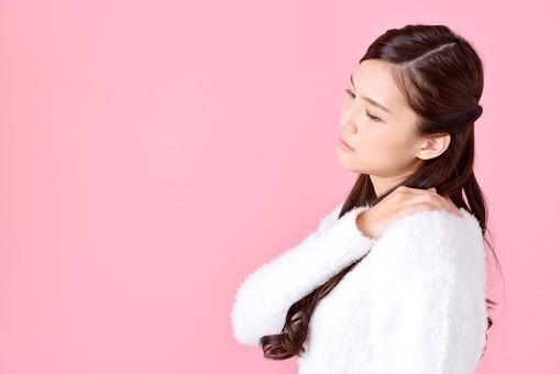 人物 女性 日本人 若者 若い  20代 美人 かわいい ロングヘア カジュアル  ラフ 私服 セーター ニット 屋内  スタジオ撮影 背景 ピンク ピンクバック ポーズ  おすすめ 上半身 肩こり 肩凝り 疲れ 疲労 ストレス 横向き mdjf007