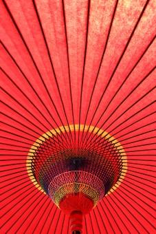 和傘 傘 日よけ 日除け 野だて傘 風景 日傘 和風 赤 赤色 黄色 カラフル 野外 屋外 野点傘 野点 野だて 茶会 お茶会 お茶 茶 お茶席 茶席 和 文化 伝統 模様 パターン 竹 竹材 木材 紙 和紙 庭 庭園 日本 糸 紐 工芸 工芸品 春 秋 アップ クローズアップ 一面 質感 テクスチャ テクスチャー 背景 バックグラウンド 明るい 逆光 赤い傘