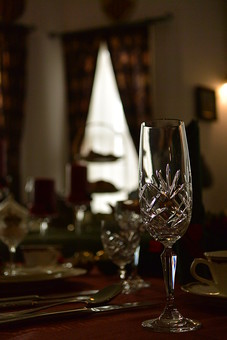 テーブルコーディネート テーブルウエア グラス 食器 シャンパングラス アルコール テーブル 食卓 ダイニング レストラン テーブルマナー もてなし おもてなし テーブルセッティング 皿 ティーカップ 空間 インテリア 記念日 パーティー 卓上 ガラス カトラリー 装飾 豪華