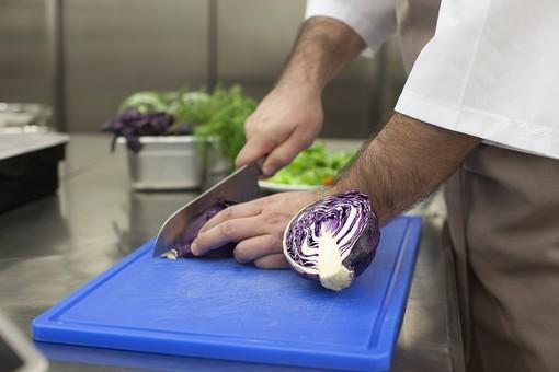 厨房 台所 キッチン 料理 調理  コック シェフ 料理人 包丁 ナイフ 切る カット まな板 レストラン 仕込み 下準備 野菜 青 バット ボディパーツ 腕 持つ 手 紫キャベツ レッドキャベツ 赤きゃべつ 持ち方 使い方 男性 外国人