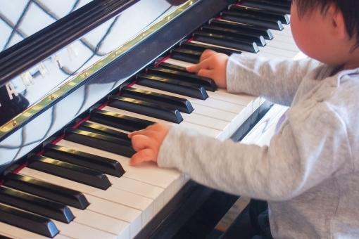 ピアノ 練習 発表会 楽器 鍵盤 子供 赤ちゃん 英才教育 習い事 一生懸命 がんばる 指 小さな手 メロディ 歌う 曲 楽譜 譜面 弾く 奏でる 夢 ピアニスト おぼっちゃん 男の子 教育 育児 atohs 真似 演奏 猫踏んじゃった 楽曲 音楽