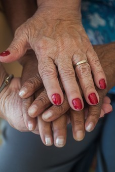 人物 老人 お年寄り 高齢者 シルバー 年老いた手 ハンドパーツ 手 指 ハンド パーツ 手の表情 年老いた手 皺 しわ シワ クローズアップ 2人 二人 女性 男性 重ねる 包む 挟む 愛情 マニキュア ネイル 指輪 両手