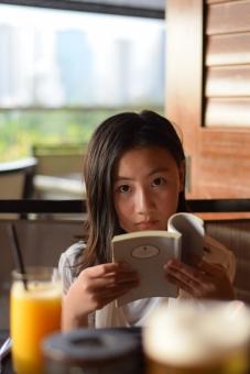読書する子の写真