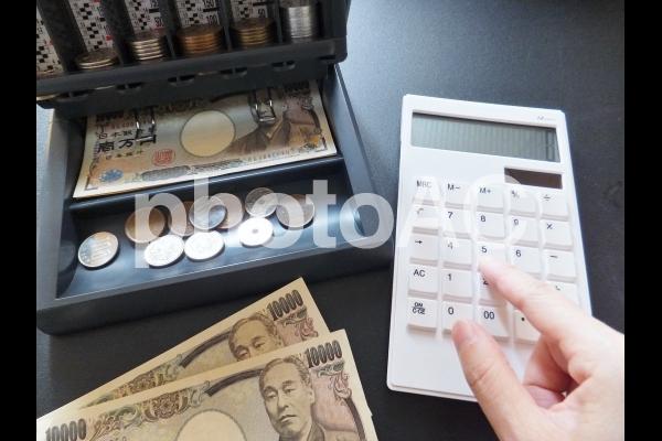 お金と電卓 1の写真