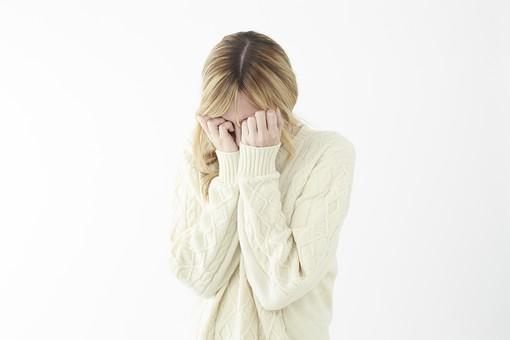 人物 女性 20代 外国人 外人   外国人女性 外人女性 モデル 若い セーター   ニット 私服 カジュアル ポーズ 金髪   ロングヘア 屋内 白バック 白背景 泣く 悲しむ 悲しい 恥ずかしい 俯く 両手 顔を覆う 上半身 mdff045