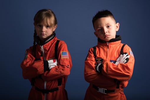 背景 ダーク ネイビー 紺 子ども こども 子供 2人 ふたり 二人 男 男児 男の子 女 女児 女の子 児童 宇宙服 宇宙 服 スペース スペースシャトル 宇宙飛行士 飛行士 オレンジ 正面 前  目指す 希望 夢 将来 未来 体験 職業体験 職業 腕組み クール カッコいい かっこいい ポーズ  外国人  mdmk009 mdfk045
