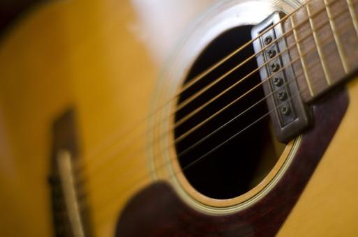 ギター エレクトリックアコースティックギター エレアコ 弦楽器 電子楽器 弦 ネック フィンガーボード 指板 フレット サウンドホール ブリッジ ブリッジサドル ストリングスピン ピックガード 日差し 音楽 ミュージック 演奏 伴奏 趣味 アンティーク 古い 中古 夢 ミュージシャン 思い出