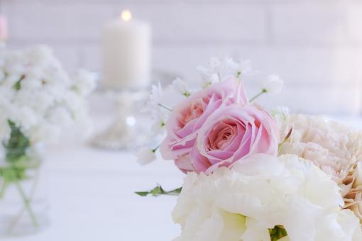 薔薇 バラ ばら レースフラワー カーネーション トルコキキョウ 白い花 ピンクの花 ろうそく 蝋燭 ローソク 灯り 光 ウェディング お祝い 祝宴 結婚式 清楚 純白 清廉 透明感 可憐 キャンドル 花 植物 女性的 幸福感 幸福 背景 文字スペース メッセージカード