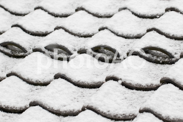 積雪した瓦屋根の写真