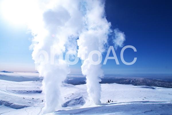 新雪と噴煙のコラボの写真