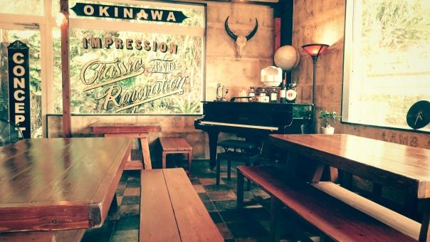 店内 ヴィンテージ おしゃれ ピアノ アメリカン 室内 テーブル 椅子 沖縄 インテリア 照明 かっこいい 渋い カントリー スタイル ウッド 木材 ベンチ 西部劇 カフェ バー 飲食店 グランドピアノ
