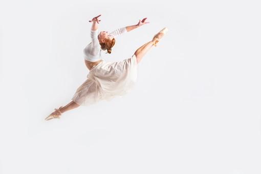 ダンス ダンサー ポーズ 体勢 姿勢 体位 ステップ 踊る 踊り 運動 スポーツ 振り付け 振付 振り 女性 女 外国人 若い 全身 バレエ バレリーナ 手 腕 上げる 万歳 バンザイ 足 脚 開く 開脚 飛ぶ ジャンプ 跳躍 横顔 背景 白 ホワイト mdff128