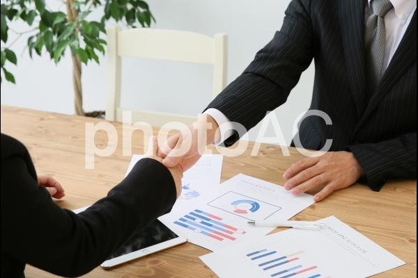 握手するビジネスマンの写真