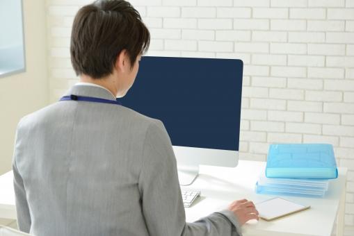 日本人 男性 男 20代 若い ファッション カジュアル インフォーマル 仕事 オフィス 会社 クリエイター デザイナー グラフィックデザイナー webデザイナー シャツ ストライプ  パソコン PC デスクトップパソコン 机 テーブル 椅子 イス デスクワーク ファイル タブレット タブレット端末 後ろ姿  mdjm024