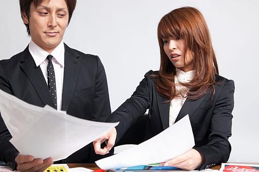 人物 日本人 男性 女性 若い 若者 20代 サラリーマン ビジネスマン OL 屋内 白バック 白背景 会社 オイス 書類 報告書 見本 見比べる 悩む 選ぶ 考える 比較する 相談 決める オーバーリアクション mdfj012 mdjm009